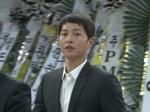 Sau hôn lễ, chú rể Song Joong Ki vội vã đến viếng nam diễn viên 'Reply 1988'