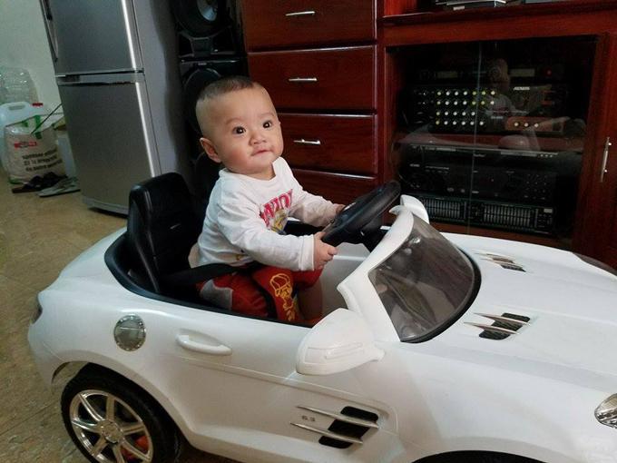 Bé trai 4 tháng tuổi ngủ mơ hết khóc lại cười-1