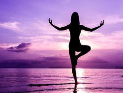 5 phút tập yoga kéo giãn giúp phục hồi năng lượng sau giờ nghỉ trưa