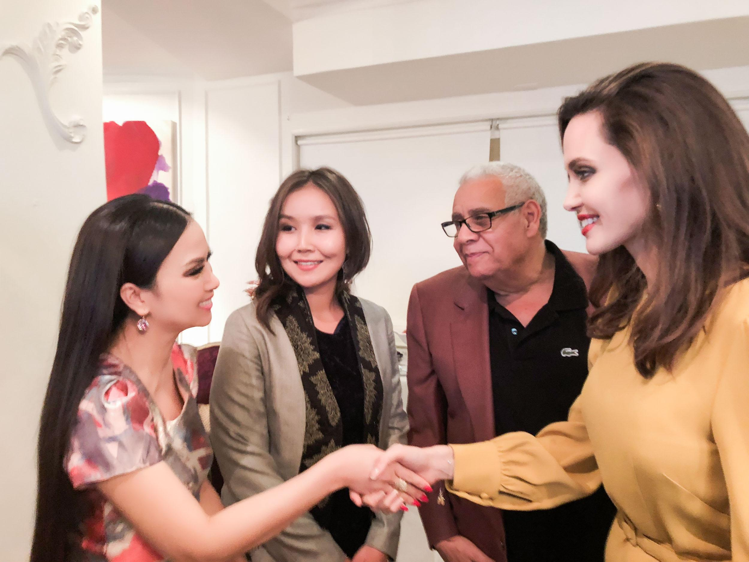 Em gái tỷ phú của Cẩm Ly gặp gỡ Angelina Jolie tại LHP Mỹ-2