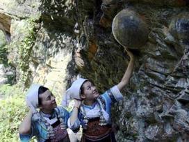 Vách đá 'đẻ trứng' có lời nguyền sinh con trai hút khách du lịch