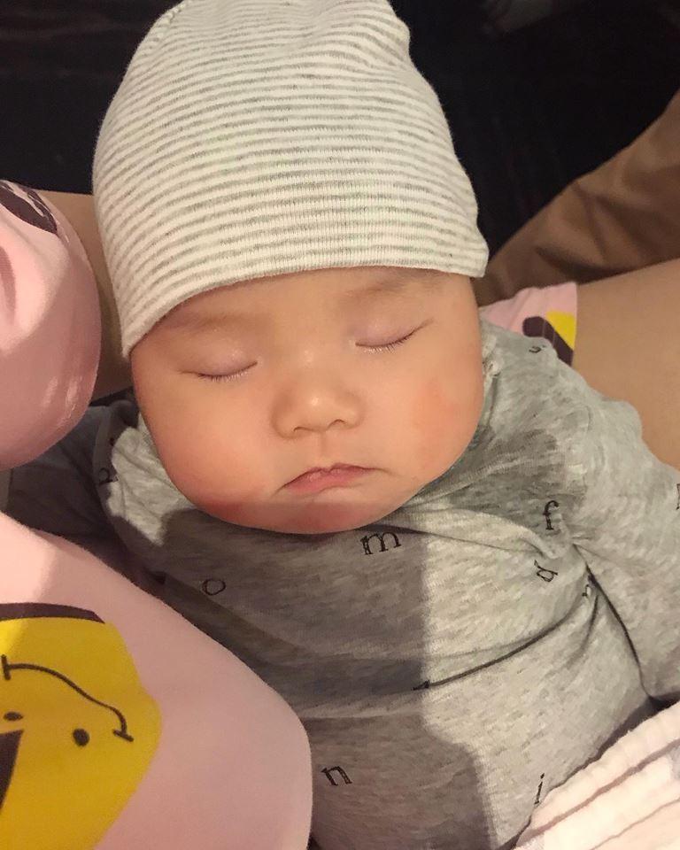 Hot girl - hot boy Việt 3/11: Phải đi công tác, Huyền Baby dự trữ sữa mẹ cả tuần cho quý tử-1