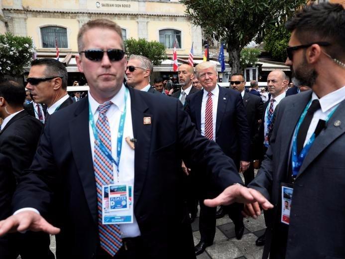 Đoàn tháp tùng hùng hậu bảo vệ tổng thống Mỹ-4