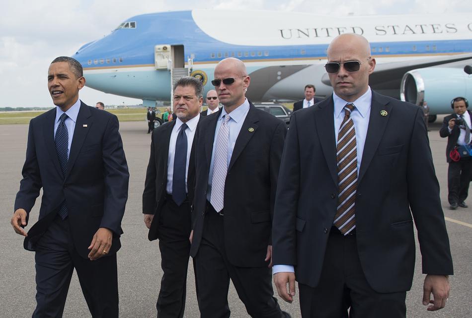 Đoàn tháp tùng hùng hậu bảo vệ tổng thống Mỹ-6