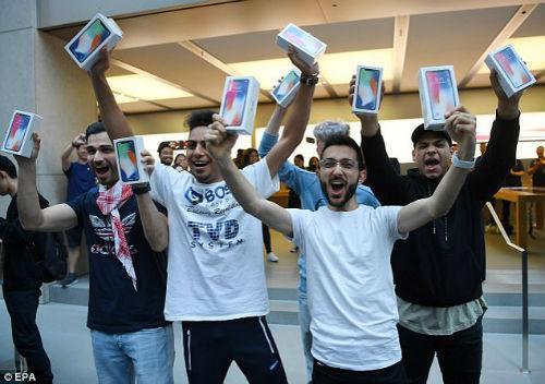 Lộ diện chủ nhân mua iPhone X đầu tiên có giá 41,5 triệu đồng-3