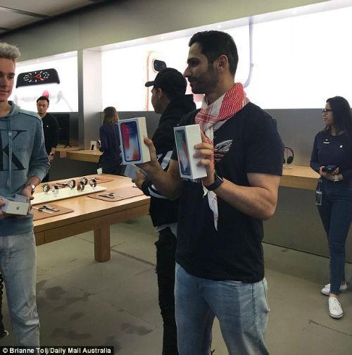 Lộ diện chủ nhân mua iPhone X đầu tiên có giá 41,5 triệu đồng-4