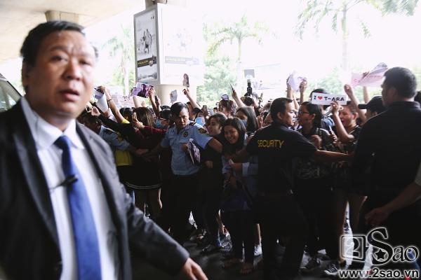 100 bảo vệ giúp T-ara an toàn thoát khỏi vòng vây fan Việt-11