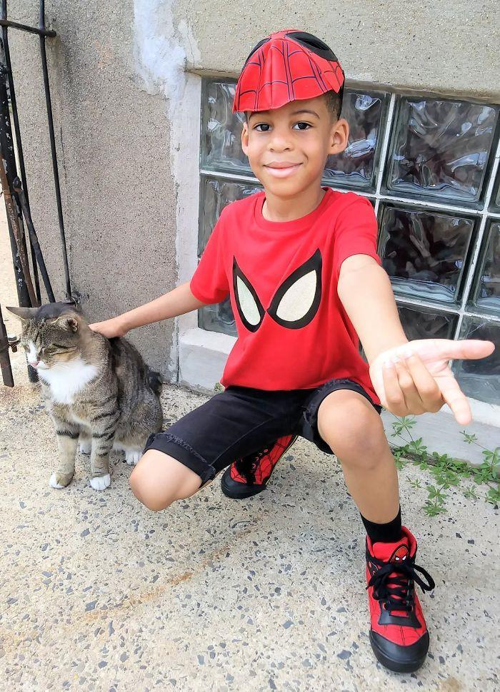 Cậu bé 5 tuổi có khả năng chăm sóc, chơi đùa cùng mèo hoang-2