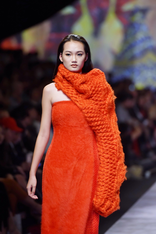 Đêm cuối Vietnam International Fashion Week thất thủ vì quá đông-4