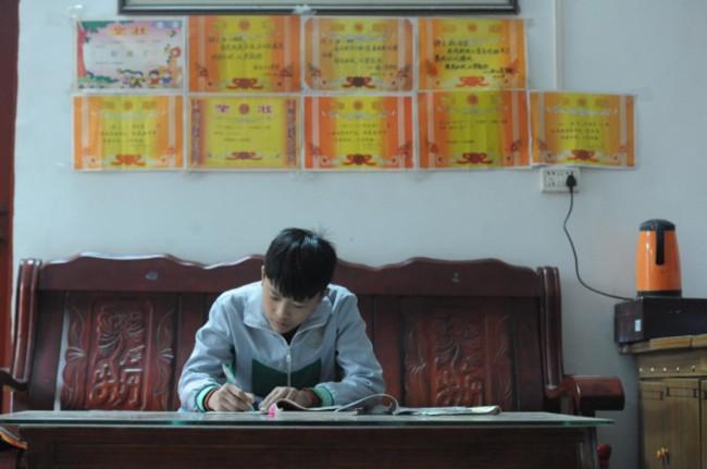 Cảm động cậu bé 12 tuổi bỏ học đi dỡ lạc thuê kiếm tiền chữa bệnh cho mẹ-2
