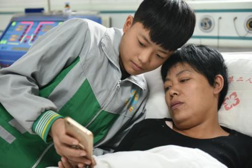 Cảm động cậu bé 12 tuổi bỏ học đi dỡ lạc thuê kiếm tiền chữa bệnh cho mẹ-6