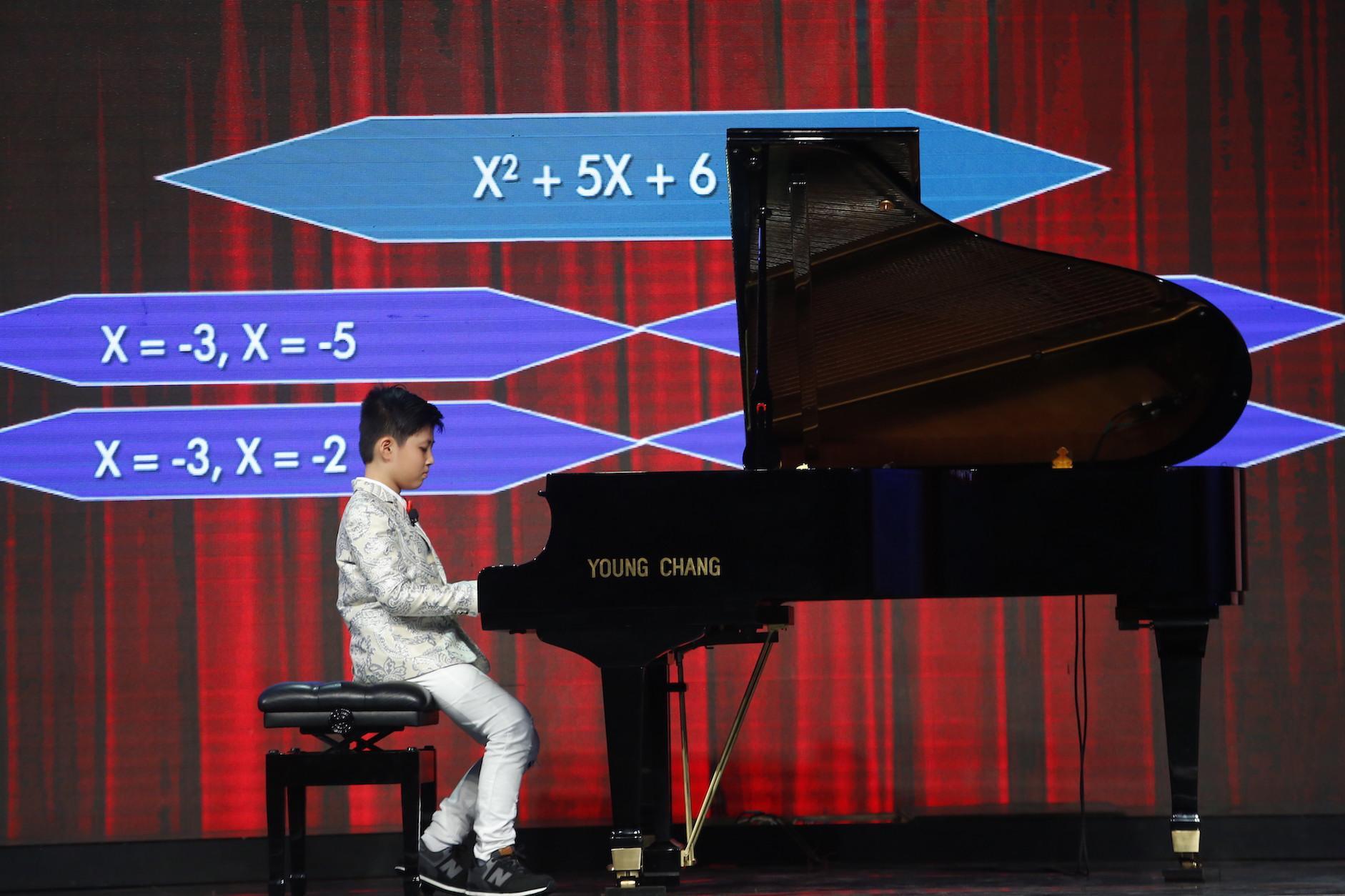 Thần đồng học vượt cấp trổ tài vừa chơi đàn vừa giải toán khiến MC Lại Văn Sâm nể phục-2