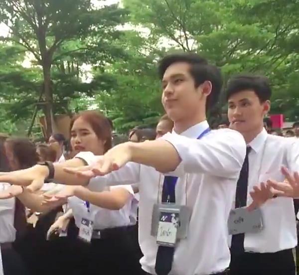 Chỉ 43s nhún nhảy trong giờ sinh hoạt, chàng trai Thái khiến MXH dậy sóng vì quá đáng yêu-1