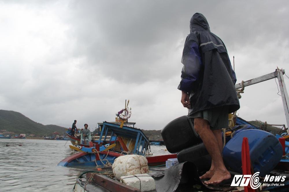 Người hùng lao ra biển cứu hơn 200 ngư dân bị lật bè trong bão số 12-1
