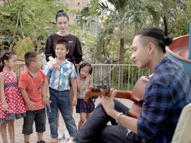 Angela Phương Trinh 'đổ cái rầm' khi nghe Hữu Vi hát 'Ba kể con nghe'