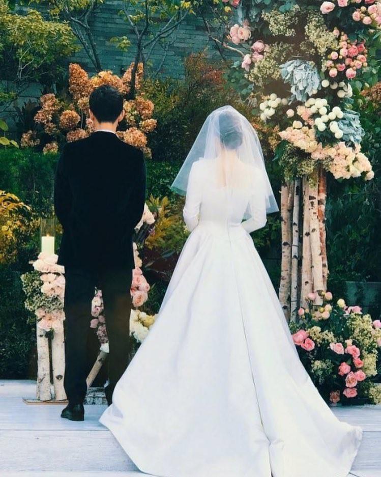 Ai là mỹ nhân diện váy cưới xuất sắc nhất trong đám cưới tháng 10 cổ tích?-12
