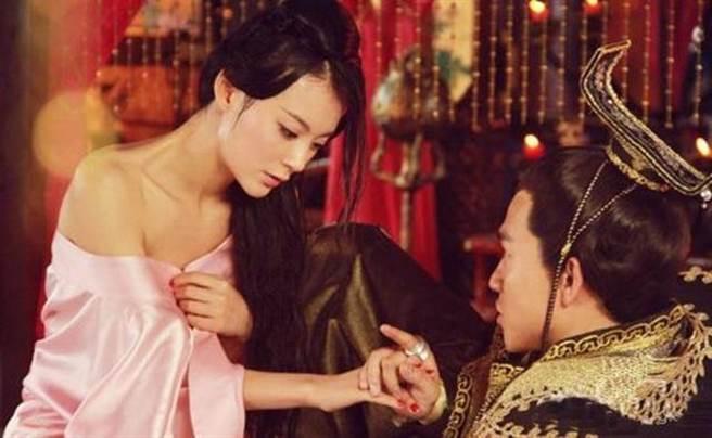 Nàng phi xảo trá có làn da tỏa hương hoa, bị Hoàng đế ép làm chiến lợi phẩm cho bao người chiêm ngưỡng-4