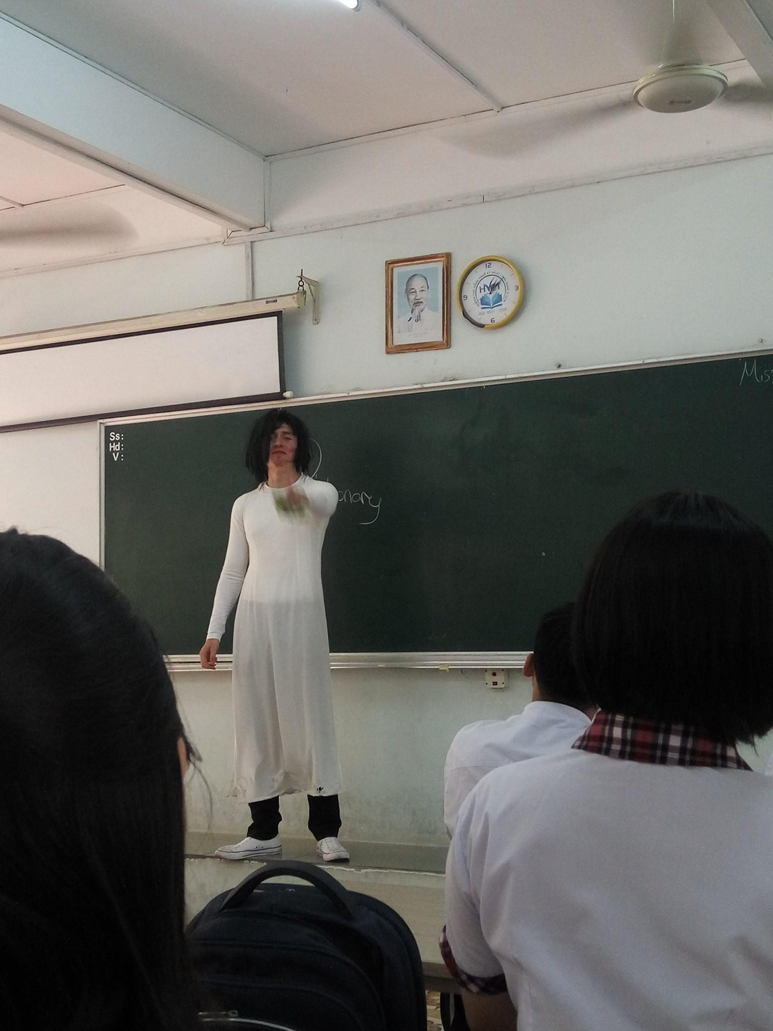 Thầy giáo Tây đội tóc giả, mặc áo dài hoá trang làm cô giáo cực đáng yêu-3