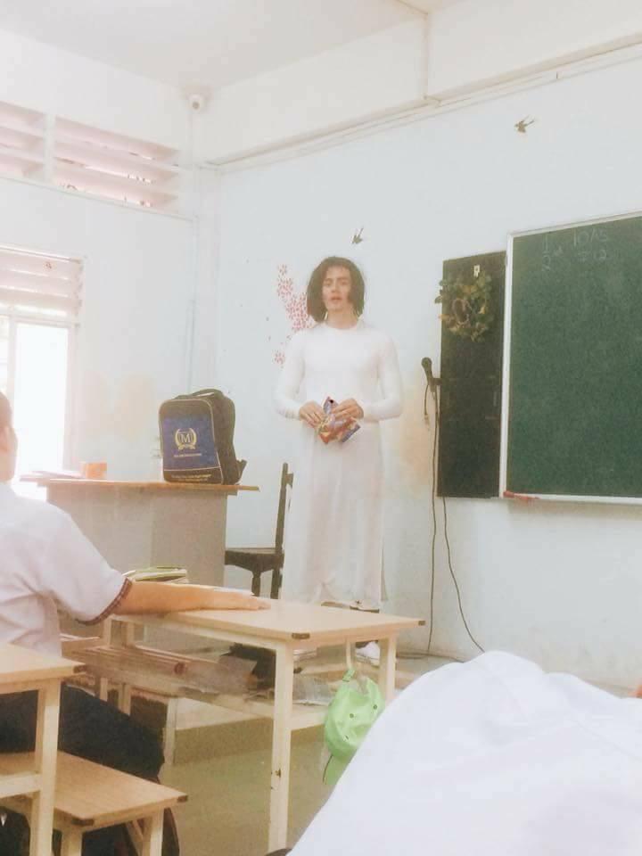 Thầy giáo Tây đội tóc giả, mặc áo dài hoá trang làm cô giáo cực đáng yêu-4