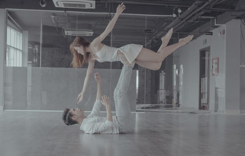 Em gái mưa đã không còn buồn thối ruột trong MV dance của Quang Đăng-2