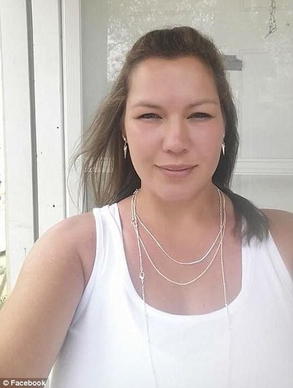 Cô bé xinh như thiên thần lạc mất mẹ trong vụ xả súng 26 người chết-1