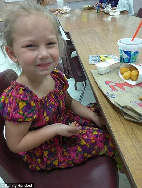 Cô bé xinh như thiên thần lạc mất mẹ trong vụ xả súng 26 người chết-2