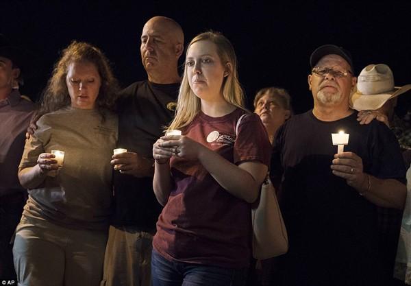 Cô bé xinh như thiên thần lạc mất mẹ trong vụ xả súng 26 người chết-10
