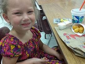 Cô bé xinh như thiên thần lạc mất mẹ trong vụ xả súng 26 người chết