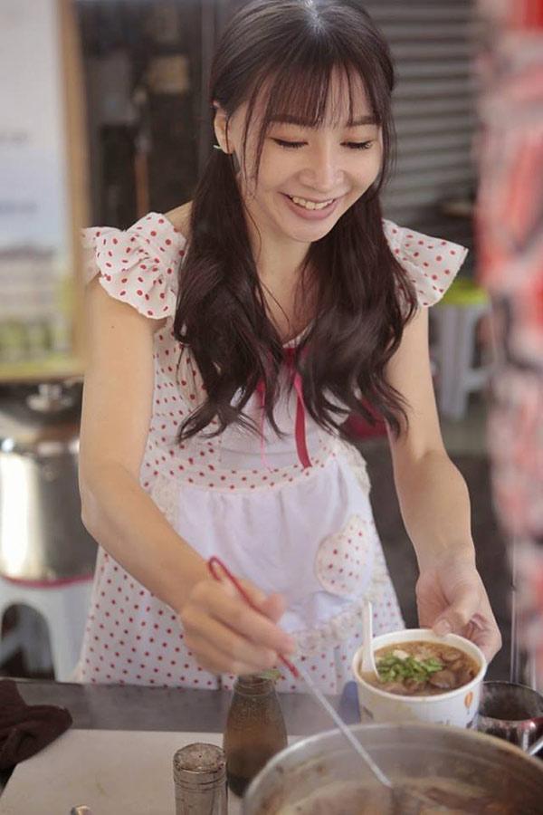 Hàng bún ở phố đi bộ Đài Loan gây sốt vì món ăn ngon mà cô chủ xinh như hotgirl-1