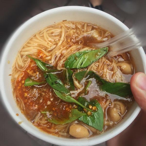 Hàng bún ở phố đi bộ Đài Loan gây sốt vì món ăn ngon mà cô chủ xinh như hotgirl-2