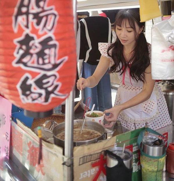 Hàng bún ở phố đi bộ Đài Loan gây sốt vì món ăn ngon mà cô chủ xinh như hotgirl-3