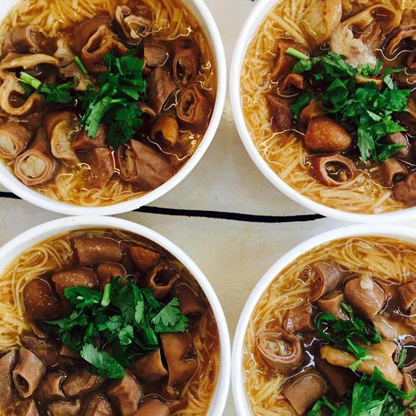 Hàng bún ở phố đi bộ Đài Loan gây sốt vì món ăn ngon mà cô chủ xinh như hotgirl-6
