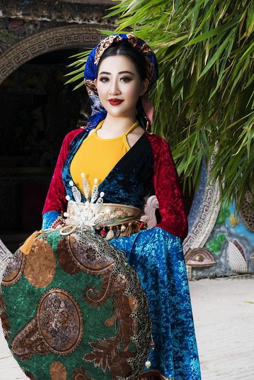 Huỳnh Thúy Anh hóa thân thành hoàng hậu-1