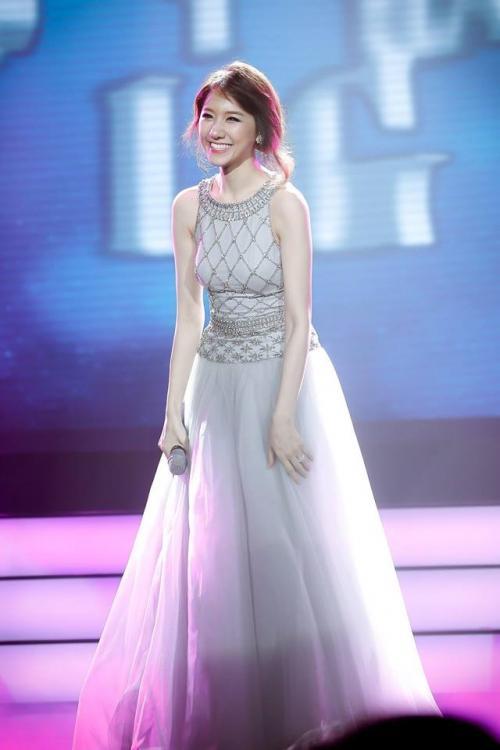Hoa hậu Khánh Ngân không thua kém khi diện lại trang phục của đàn chị Đặng Thu Thảo-6