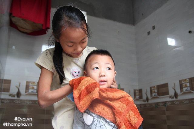 Cảm động cảnh chị 10 tuổi chăm sóc đàn em trong gia đình mẹ 29 tuổi sinh 8 con-16