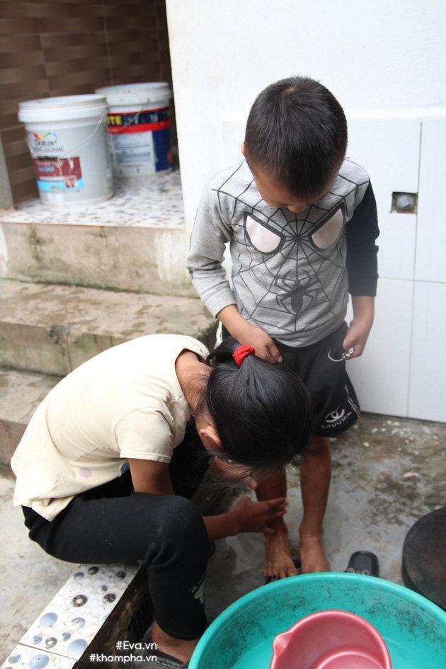 Cảm động cảnh chị 10 tuổi chăm sóc đàn em trong gia đình mẹ 29 tuổi sinh 8 con-17