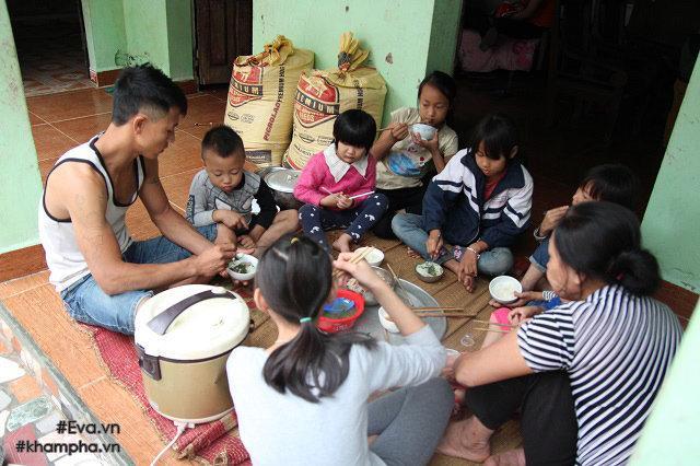 Cảm động cảnh chị 10 tuổi chăm sóc đàn em trong gia đình mẹ 29 tuổi sinh 8 con-15