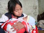 Cảm động cảnh chị 10 tuổi chăm sóc đàn em trong gia đình mẹ 29 tuổi sinh 8 con