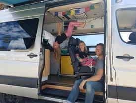 Người cha đơn thân mua ôtô đưa hai con gái du lịch mỗi cuối tuần
