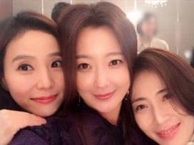 Sao Hàn 7/11: Kim Hee Sun khoe ảnh 'tuổi 40 mà ngỡ như trẻ thơ' tại đám cưới Song - Song