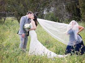 Mang theo cô bạn thân 'lầy lội' đi chụp ảnh cưới, cặp đôi có những bức ảnh gây bão mạng xã hội