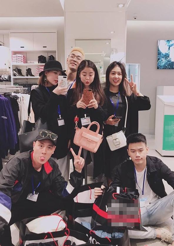 Hot girl - hot boy Việt 8/11: Ba gia đình hot nhất mạng xã hội khoe núi hàng hiệu vừa sắm-2