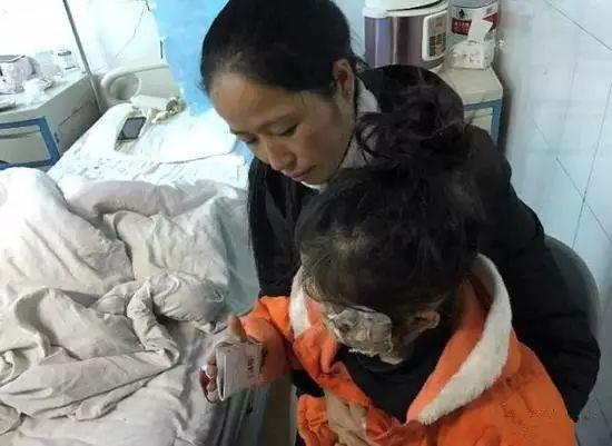 2 con nhỏ chết thảm vì thói quen sạc điện thoại đầu giường của bố mẹ-3