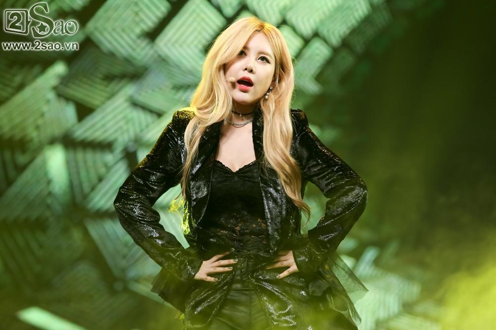 T-Ara sexy hết cỡ, Soobin song ca Phía sau một cô gái với Teen Top-4