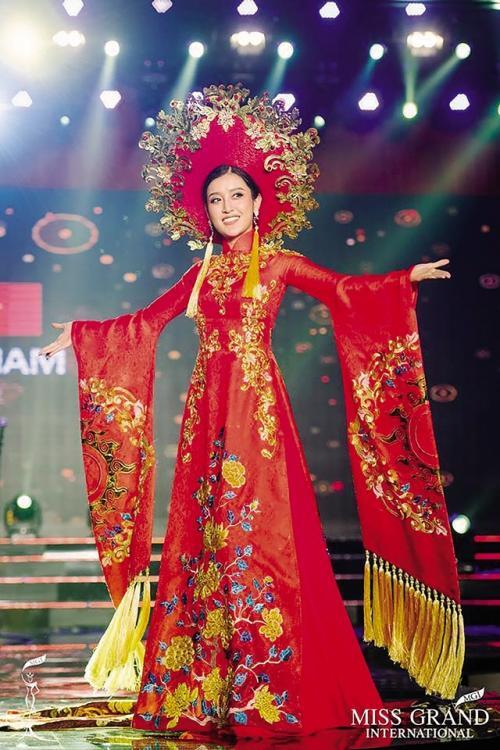 Những bộ áo dài giúp các đại diện Việt làm nên chuyện ở đấu trường nhan sắc quốc tế-7
