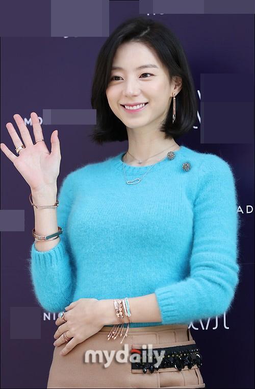 Sao Hàn 9/11: Bà xã Bae Yong Joon rạng rỡ xinh đẹp, khéo léo che bụng bầu-1