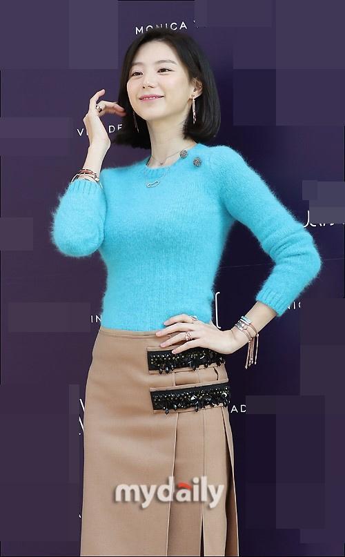 Sao Hàn 9/11: Bà xã Bae Yong Joon rạng rỡ xinh đẹp, khéo léo che bụng bầu-2