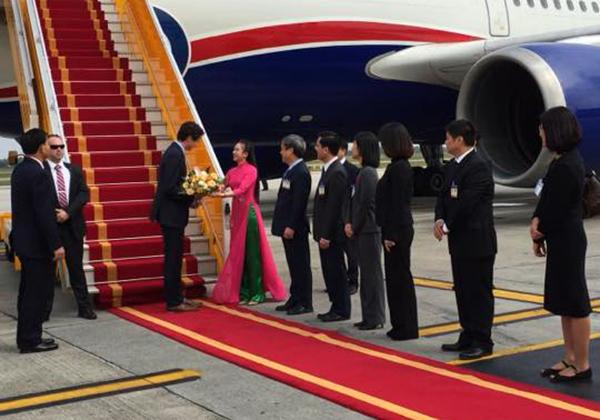 Nữ sinh áo dài hồng vinh dự tặng hoa Thủ tướng Canada là ai?-1