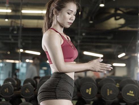 Nữ huấn luyện viên tăng 9 kg vẫn sở hữu vòng eo 59 cm