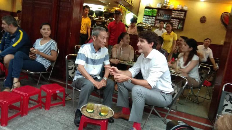 Thủ tướng Canada thưởng thức cà phê sữa vỉa hè Sài Gòn-3